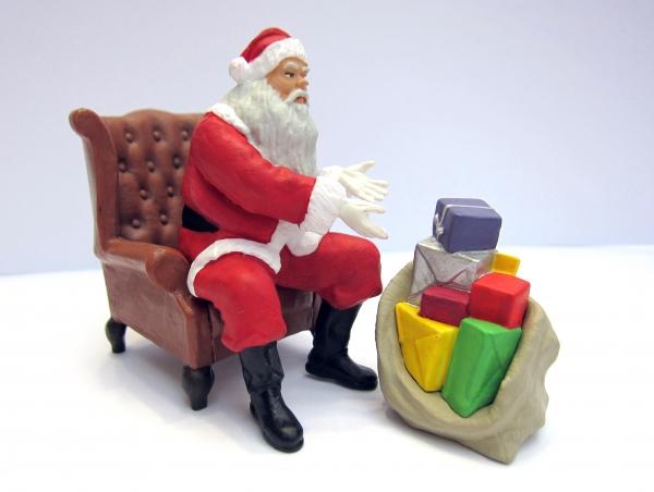 Weihnachtsmann - Santa Claus - in Sessel mit Geschenken